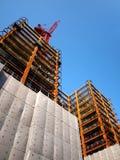 Construction ayant beaucoup d'étages moderne avec la grue rouge Images stock