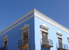 Construction coloniale sunlit Mexicain-Des Caraïbes bleue Photographie stock libre de droits