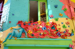 Construction colorée avec la façade de femme et de guindineau, le yard de Neal Image libre de droits