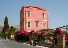 Construction colorée dans Taormina, Sicile Photo stock