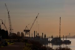Free Construction Crane Equipment Along Columbia River Waterfront Royalty Free Stock Image - 198411776