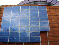 Construction d'affaires avec les panneaux solaires Photo libre de droits