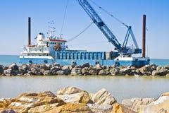 Construction d'un barrage en pierre pour protéger le rivage contre le wa de mer Photo libre de droits