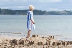 Construction d'un château magnifique de sable Photographie stock libre de droits