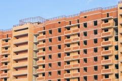 Construction d'un immeuble contre le ciel bleu Photo stock