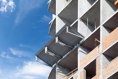 Construction d'un nouveau bâtiment à plusiers étages Protection contre les pierres en baisse contre la taille Photos libres de droits