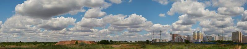 Construction d'un nouveau secteur résidentiel dans le domaine contre un ciel nuageux photos stock