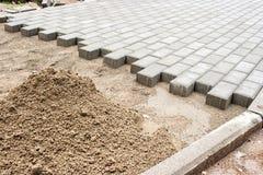 Construction d'un nouveau trottoir des pavés Images libres de droits