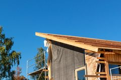Construction d'un toit en bois dans une maison écologique Photos libres de droits