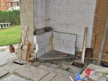 Construction d'une cheminée extérieure Images libres de droits