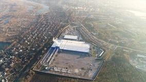 Construction d'une grande usine, extérieur industriel, vue panoramique de l'air Chantier de construction, construction métallique banque de vidéos