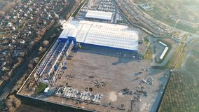 Construction d'une grande usine ou usine, extérieur industriel, vue panoramique de l'air, chantier de construction, métal clips vidéos
