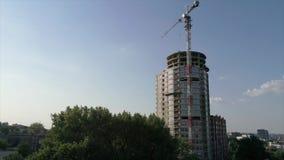 Construction d'une haute maison à plusiers étages, une grue à tour à un chantier de construction, une vue de la construction d'un banque de vidéos