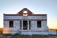 construction d'une maison dans un village avec des blocs et des briques sur le fond du ciel images stock