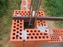 Construction d'une nouvelle barrière de brique Images stock