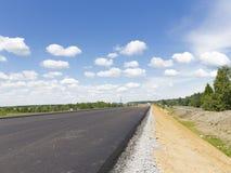 Construction d'une nouvelle route goudronnée en Russie Images stock