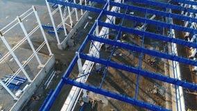 Construction d'usines, construction d'une grande usine, extérieur industriel, chantier de construction, vue aérienne, métal et clips vidéos