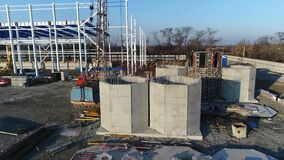 Construction d'usines, construction d'une grande usine, extérieur industriel, chantier de construction, vue aérienne, métal et banque de vidéos