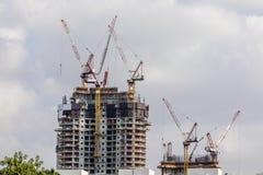 Construction de bâtiments avec des grues photographie stock libre de droits