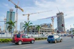 Construction de beaucoup de bâtiments ayant beaucoup d'étages modernes avec de grandes grues sur le côté de mer de la capitale Lu Image stock