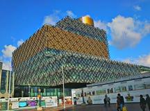 Construction de bibliothèque moderne sous le ciel bleu Image stock