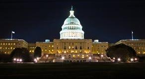 Construction de capitol des USA la nuit Photos stock