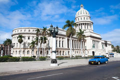 Construction de Capitolio et véhicule américain de cru vieux Images stock