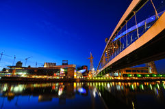 Construction de corporation moderne la nuit Image stock