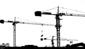 Construction de fonctionnement de grue de silhouette photos stock