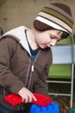 Construction de garçon avec de grands blocs Photographie stock