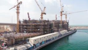Construction de gratte-ciel dans le Golfe Arabe, timelapse de Dubaï banque de vidéos