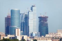 Construction de haut gratte-ciel de grattoir de construction Images stock