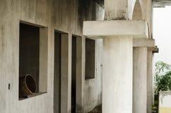 Construction de l'intérieur d'une maison faite de ciment gris commencé, construction non finie de ciment gris image libre de droits