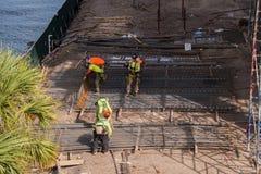 Construction de la construction près du pont image libre de droits