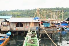 Construction de maison au-dessus de mer dans Manokwari photos stock