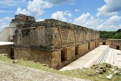 Construction de Maya et pyramide du magicien chez Uxmal Photos stock