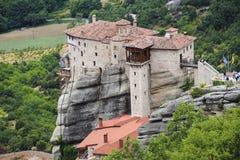 Construction de monastère sur de hautes roches sur la montagne d'Athos Image libre de droits
