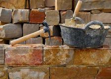 Construction de mur en pierre de maçonnerie avec des outils photos libres de droits