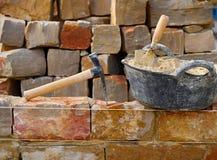 Construction de mur en pierre de maçonnerie avec des outils images libres de droits
