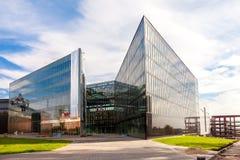 Construction de nouveau centre commercial Goodok contre le ciel bleu Photographie stock libre de droits