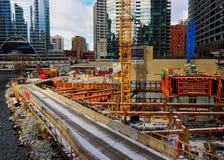 Construction de nouveau gratte-ciel sur Wolf Point, à la fourchette de la rivière Chicago dans la boucle photographie stock