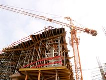 Construction de nouveaux appartements et grue Photo stock
