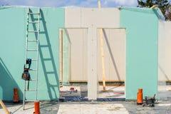 Construction de nouvelle et moderne maison modulaire images stock
