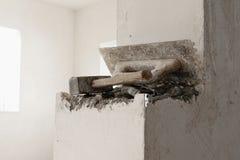 Construction de nouvelle maison - outils de maçonnerie sur le mur, l'espace pour le texte image libre de droits