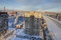 Construction de pont à deux niveaux en route au-dessus des immeubles, Photos libres de droits