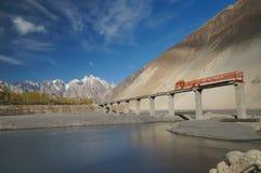 Construction de pont à travers le fleuve Indus le long du Karakorum H Images stock