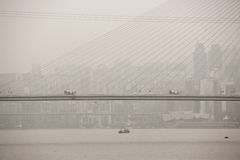 Construction de pont sur le fleuve Yangtze parmi la pollution lourde en Chine Photographie stock
