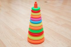 Construction de pyramide des anneaux en bois colorés avec une tête de clown sur le dessus Jouet pour que des bébés et des enfants photo stock