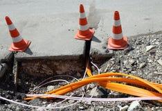 Construction de routes avec des tuyaux pour étendre la fibre optique images libres de droits