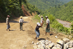CONSTRUCTION DE ROUTES EN BIRMANIE (MYANMAR). photos stock